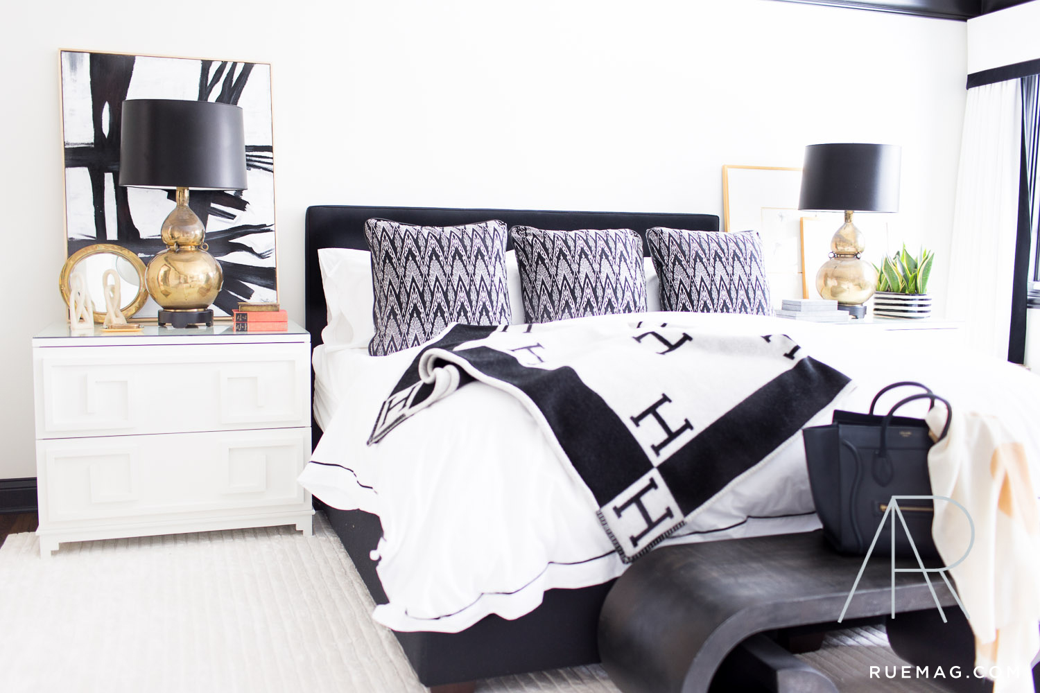 monochromatic-black-and-white-bedroom