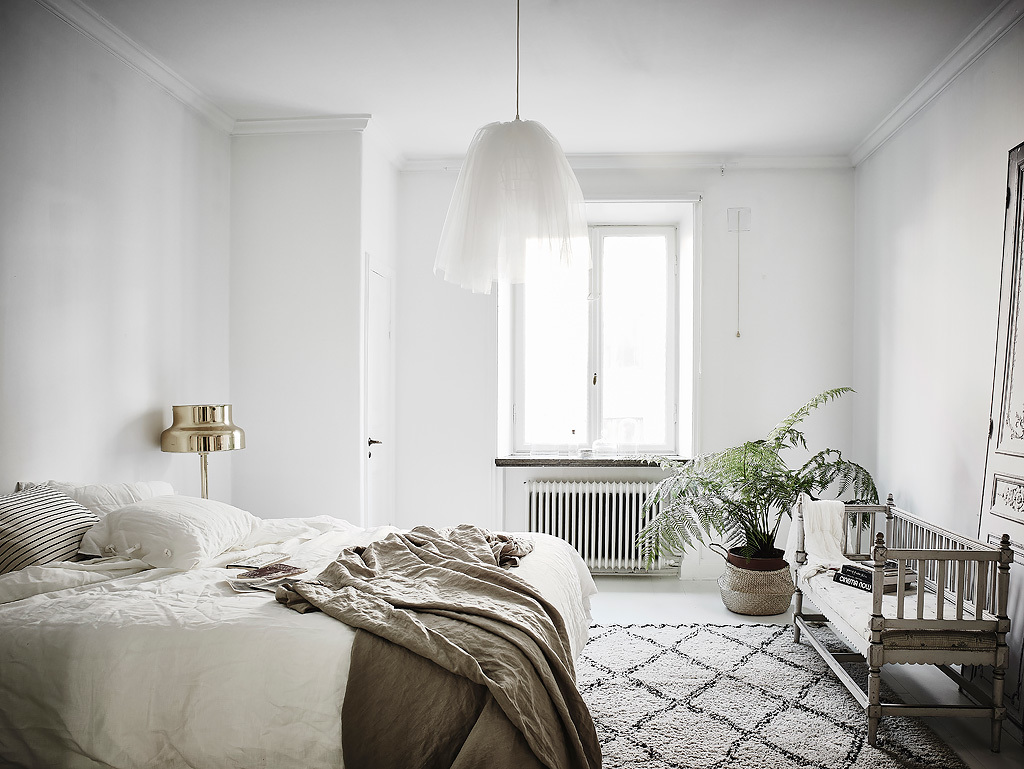 scandinavian-white-and-vintage-bedroom-interior