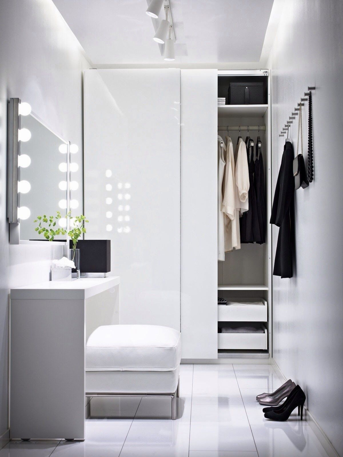 Traditional-Mirror-Light-With-Closet-Lighting-Fixtures-And-White-Theme