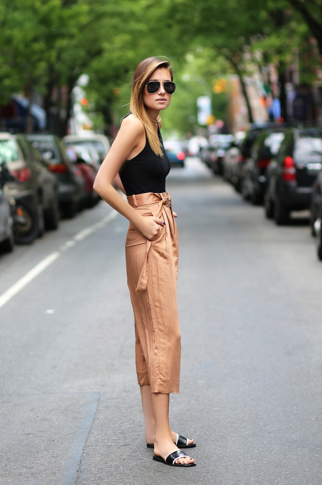 2.-chic-pants-and-tank-top-with-slides