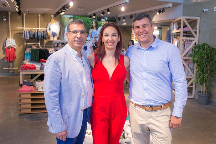 Από αριστερά: -Αντώνης Κυπριανού, Group Franchise General Manager του ομίλου Cortefiel -Μιχάλης Ανδρεαδάκης, Εμπορικός Διευθυντής της ΑΛΙΜΑΡ ΝΤΙΒΕΛΟΠΜΕΝΤ ΑΕ -Άντζελα Παπαναστασίου, Marketing Manager της ΑΛΙΜΑΡ ΝΤΙΒΕΛΟΠΜΕΝΤ ΑΕ