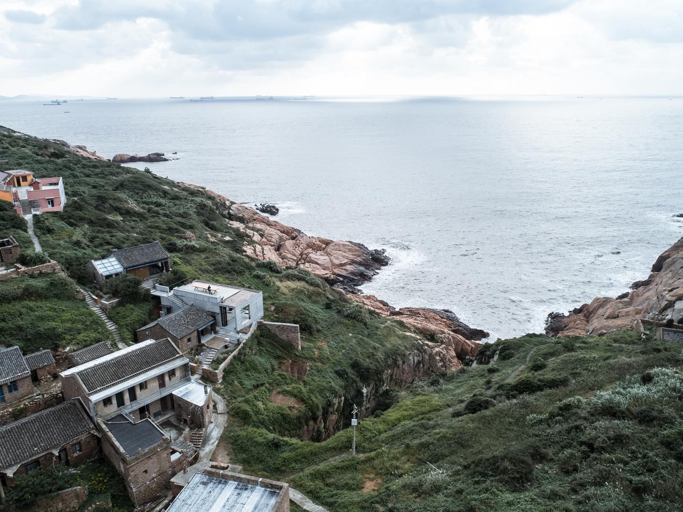 04鸟瞰房子和大海-章勇