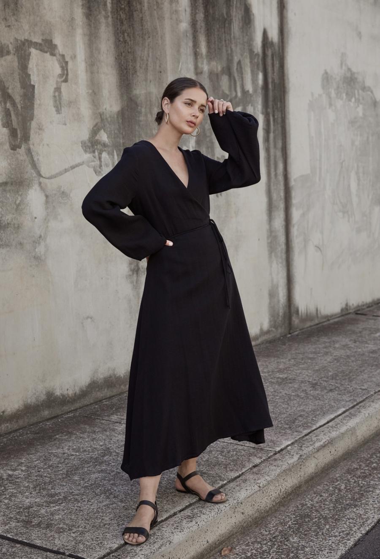 HarperandHarley_matin-studio-wrap-dress_the-undone_street-style_1-nizna7vbvfcxcdi5w363et9d7an6lcj1xuy8p9u3zs