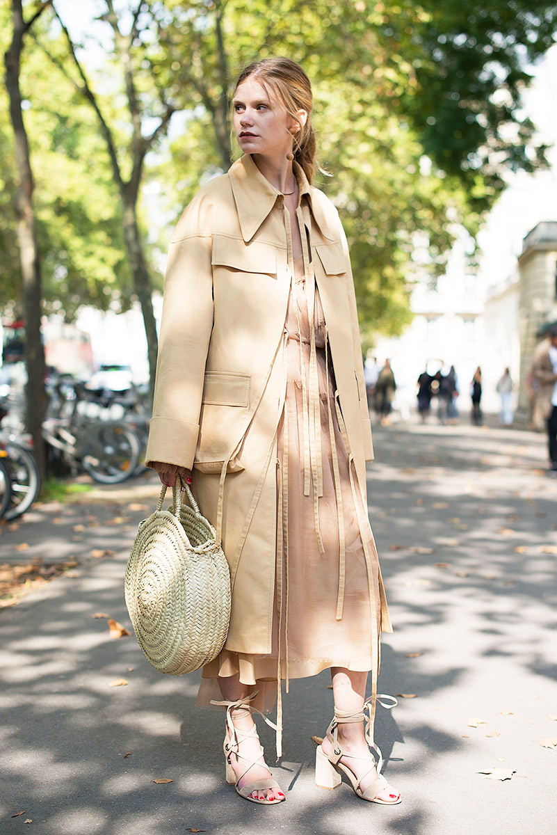 how-to-style-a-trench-coat-outfits-ideas-french-street-style-monochrome-outfit-basket-bag