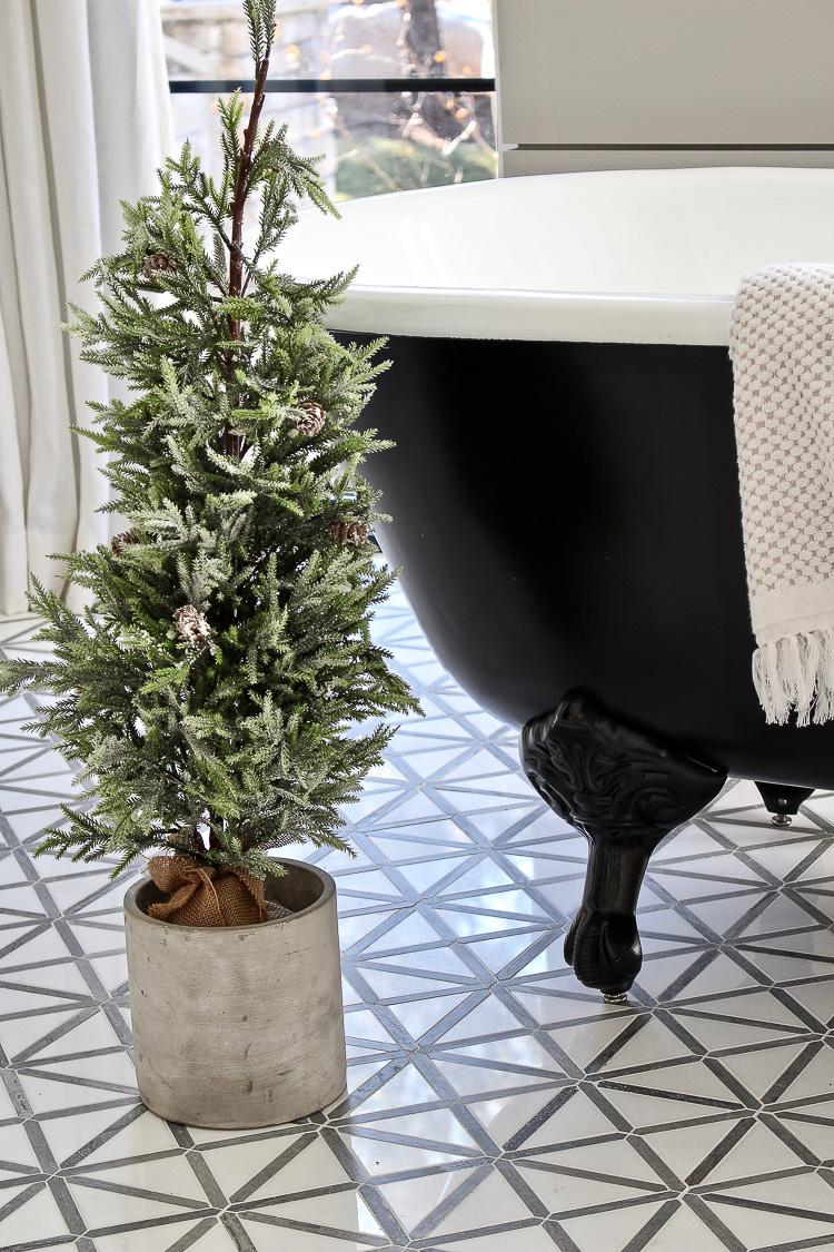 christmas-decor-modern-vintage-black-white-bathroom-black-clawfoot-tub-2
