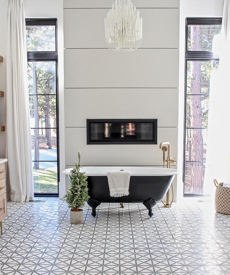 christmas-decor-modern-vintage-black-white-bathroom-black-clawfoot-tub