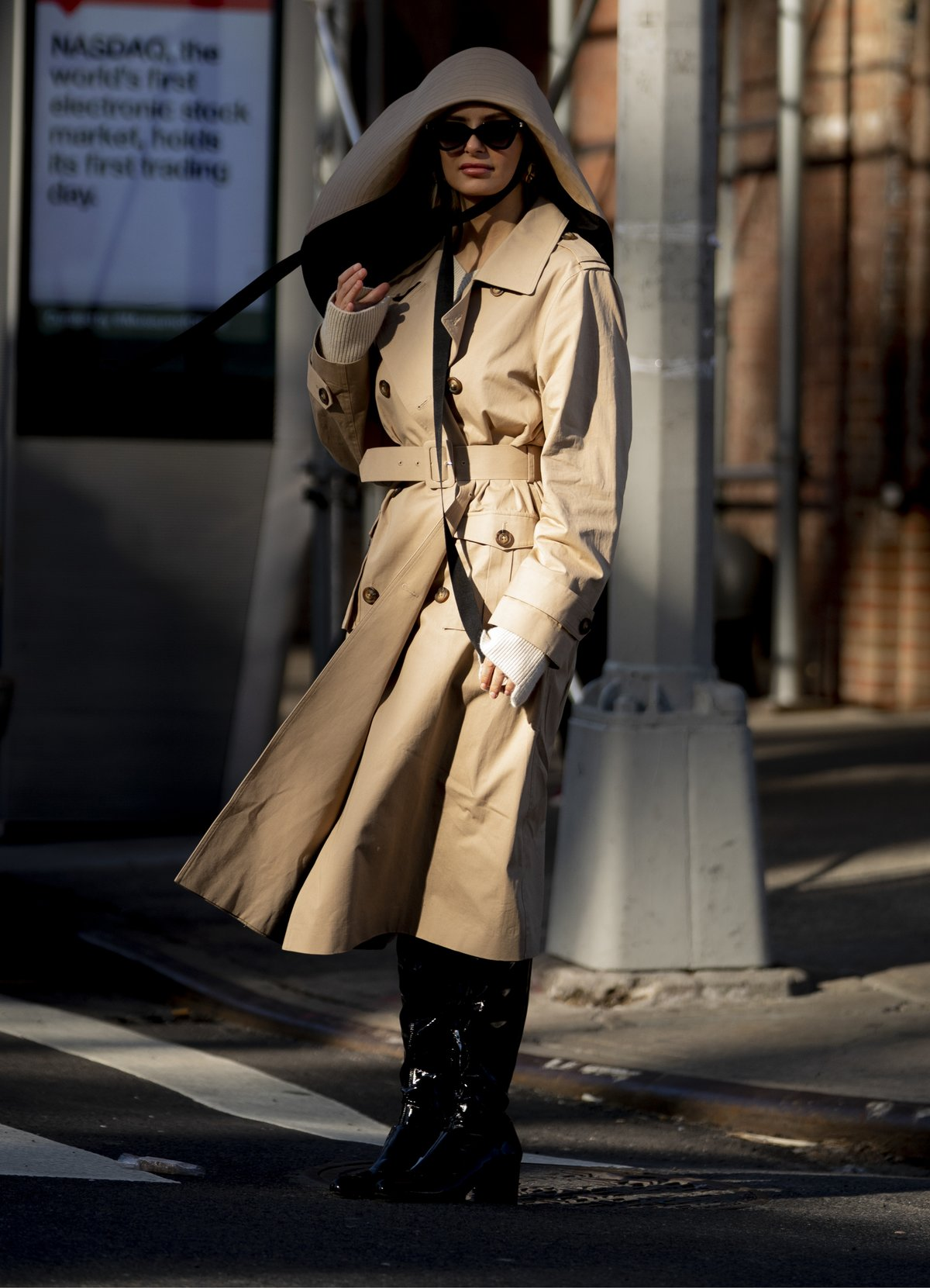 Street-Style-from-New-York_Beige-Belted-Trench-Coat-with-Tall-Patent-Leather-Boots-and-a-Large-Floppy-Hat