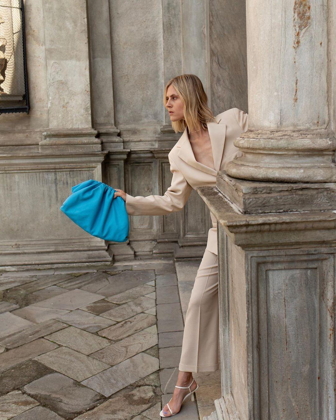 bottega-veneta-the-pouch-sky-blue-linda-tol-street-style